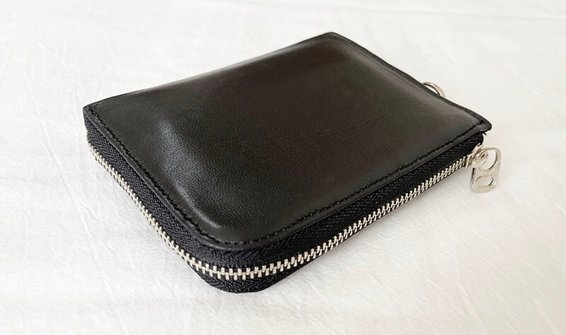 ミニマリスト女性のシンプルな財布