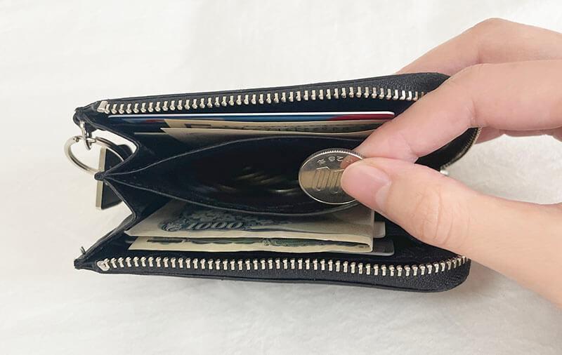 ミニマリスト女性の財布の中身