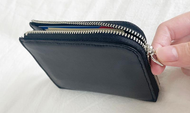 ミニマリスト女性の財布