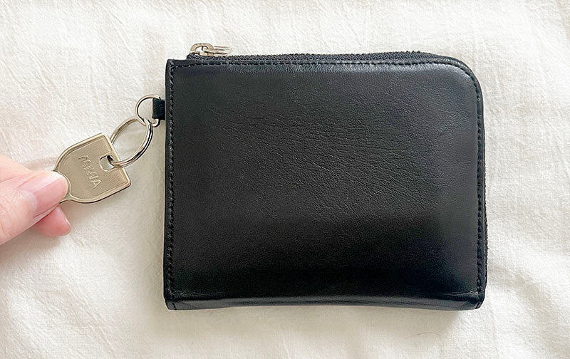 ミニマリスト女性の財布と鍵